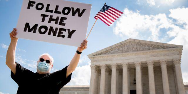 Aktivist utanför högsta domstolen idag.  Andrew Harnik / TT NYHETSBYRÅN