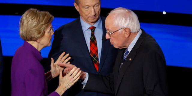Bild från samtalet som skedde efter debatten. Tom Steyer står i mitten och ser på. Patrick Semansky / TT NYHETSBYRÅN
