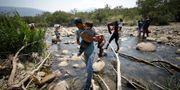 Venezuelanre tar sig över till Colombia olagligt. Fernando Vergara / TT NYHETSBYRÅN/ NTB Scanpix