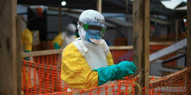 Akrivbild på en person som arbetar med att behandla ebola i Kongo-Kinshasa. Al-hadji Kudra Maliro / TT NYHETSBYRÅN/ NTB Scanpix