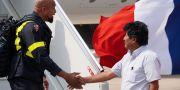 Bolivias president Evo Morales skakar hand med en brandman.  STRINGER / TT NYHETSBYRÅN