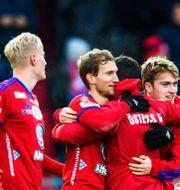 Österspelarna firar segern. JONAS LJUNGDAHL / BILDBYRÅN