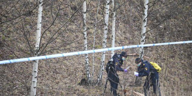 Polisens tekniker undersöker brottsplatsen efter en misstänkt våldtäkt i Huddinge söder om Stockholm tidigare i år. Naina Helén Jåma/TT / TT NYHETSBYRÅN