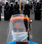 Protester i São Paulo med anledning av viruset.  MIGUEL SCHINCARIOL / TT NYHETSBYRÅN
