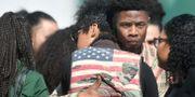 Utanför byggnaden där begravningen hölls köade hundratals.  JOSH EDELSON / AFP