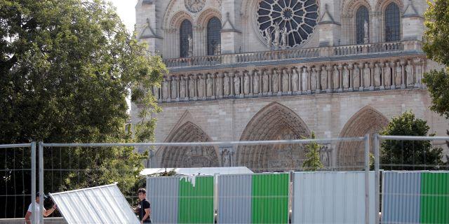 Notre-Dame spärras av i samband med blysanering CHARLES PLATIAU / TT NYHETSBYRÅN