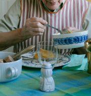 Äldre kvinna äter mat. Arkivbild. LEIF R JANSSON / TT / TT NYHETSBYRÅN