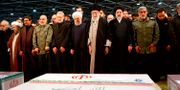Ledare i Iran vid Soleimanis kista.  - / IRANIAN SUPREME LEADER'S WEBSITE