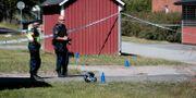 Polisen arbetar på mordplatsen. PAVEL KOUBEK/TT / TT NYHETSBYRÅN