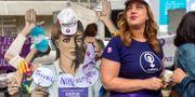 Kvinna protesterar i Genève. Martial Trezzini / TT NYHETSBYRÅN/ NTB Scanpix