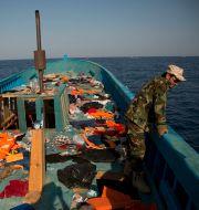 Arkivbild från 2016. En tjänsteman från den libyska kustbevakningen ombord på ett migrantfartyg.  Emilio Morenatti / TT NYHETSBYRÅN