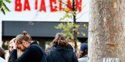 Personer utanför Bataclan på tvåårsdagen efter attackerna i Paris.  Francois Mori / TT NYHETSBYRÅN/ NTB Scanpix
