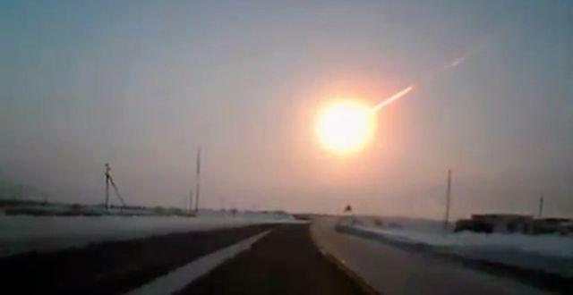 Meteorit som fotats från en bilkamera Kazakhstan 2013/arkivbild.  www.ng.kz