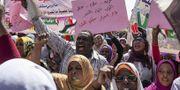 Demonstrationer i Khartoum, Sudan. Frihet, rättvisa och fred står det på skyltarna.  TT