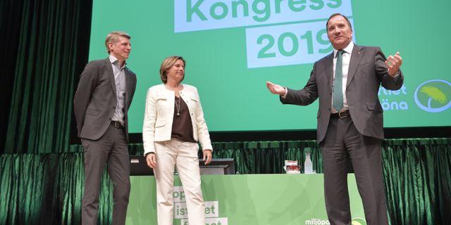 Per Bolund valdes till nytt språkrör och grattuleras av språkröret Isabella Lövin och Stefan Löfven (S) på Miljöpartiets kongress. Henrik Montgomery/TT / TT NYHETSBYRÅN
