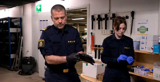 Poliserna Pär Lundh, yttre befäl samt gruppchef och Anna Höglund, polisassistent på Farsta polisstation berättar om hur polisyrket påverkats av pandemin. Janerik Henriksson/TT / TT NYHETSBYRÅN