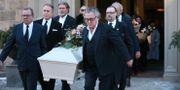 Johannes Brost kista bärs ut ur kyrkan.  Sören Andersson/TT / TT NYHETSBYRÅN