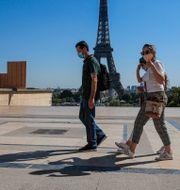 Turister vid Eiffeltornet i Paris. Michel Euler / TT NYHETSBYRÅN
