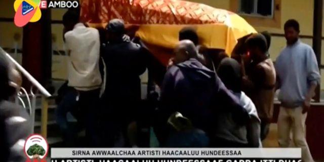 Bild från OBN video som distribueras av internationella nyhetsbyråer visar Hachalu Hundessas kista när den bärs in till hans begravning TT NYHETSBYRÅN