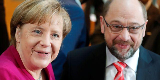 Angela Merkel och SPD:s partiledare Martin Schulz.  HANNIBAL HANSCHKE / TT NYHETSBYRÅN
