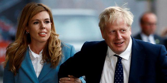 Johnson med flickvännen Carrie Symonds anländer till partikongressen i Manchester.  HENRY NICHOLLS / TT NYHETSBYRÅN