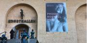 En bild som delades i samband med Phoebe Boswells utställning Here sägs ligga bakom avstängningen. Göteborgs konsthall