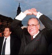 Helmut Kohl i det då östtyska Dresden, kort efter murens fall. JOCKEL FINCK / TT / NTB Scanpix