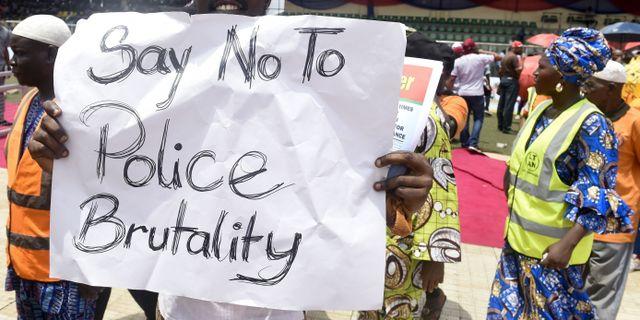 Människor protesterar mot våldsamma poliser. Arkivbild. PIUS UTOMI EKPEI / AFP