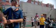 Människor med ansiktsmask i Peking. Mark Schiefelbein / TT NYHETSBYRÅN