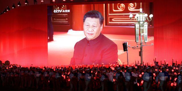 Illustrationsbild: Kinas president Xi Jinping ses på en storbildsskärm i samband med landets 70-årsjubileum i början av oktober.  JASON LEE / TT NYHETSBYRÅN