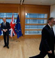 Tim Barrow lämnar rummet efter att ha lämnat över Theresa Mays brev till Donald Tusk. Yves Herman / TT / NTB Scanpix