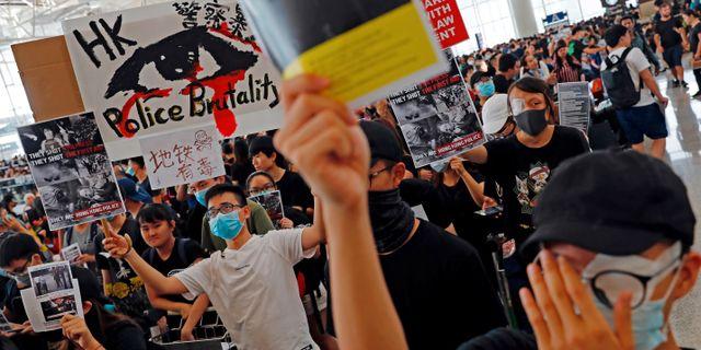 Demonstranter på flygplatsen.  TYRONE SIU / TT NYHETSBYRÅN