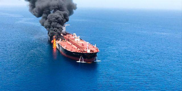 Brinnande oljefartyg nära Hormuzsundet.  TT NYHETSBYRÅN/ NTB Scanpix