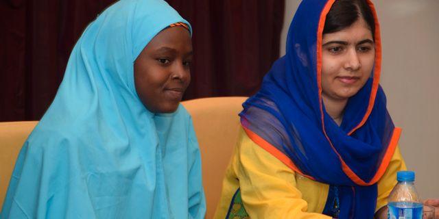 Malala Yousafzai, till höger, träffar den nigerianska aktivisten Amina Yusuf. Azeez Akunleyan / TT NYHETSBYRÅN