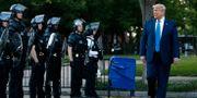 Trump går förbi poliser i Lafayette park efter kyrkobesök.  Patrick Semansky / TT NYHETSBYRÅN