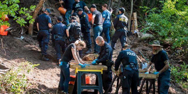 Polisen letar efter kroppsdelar i ett skogsområde. Tijana Martin / TT / NTB Scanpix