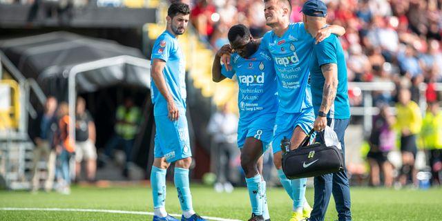 Arkiv från 3 augusti. AFC:s Pavle Vagic hjälps av planen Per Danielsson/TT / TT NYHETSBYRÅN