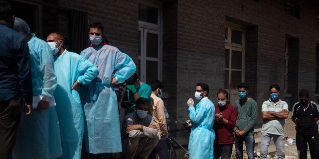 Medborgare utanför ett sjukhus i Srinagar i Kashmirområdet. Mukhtar Khan / TT NYHETSBYRÅN