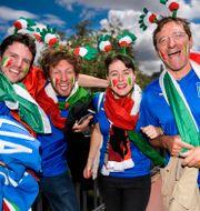 Italienska supportrar jublar utanför arenan inför fotbollsmatchen mellan Italien och Sverige under fotbolls-EM den 17 juni 2016 i Toulouse. JOHANNA LUNDBERG / BILDBYRÅN