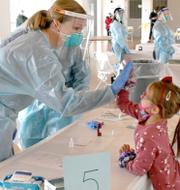 Det aktuella vaccinet/Ett barn får en high-five efter att ha tagit ett coronatest i New York. TT