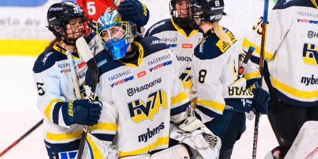 HV71:s Sidney Morin och målvakt Alba Gonzalo jublar efter final 1 i SDHL-slutspelet mellan Luleå och HV71.  SIMON ELIASSON / BILDBYRÅN
