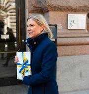 Annika Winsth (t v), finansminister Magdalena Andersson (S) med budgeten (t h).  TT