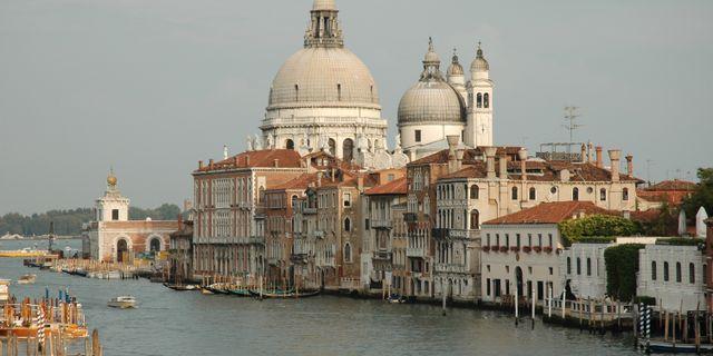 Alla kvarter i Venedig är indelade i kanaler och det finns varken bilar eller bussar i staden. Colourbox