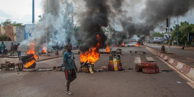 Brinner på gatorna i Mali.  Baba Ahmed / TT NYHETSBYRÅN