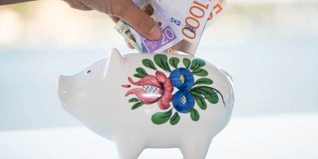 Pengar läggs ner i en spargris.  Fredrik Sandberg/TT / TT NYHETSBYRÅN