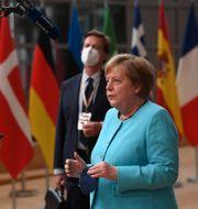 Angela Merkel pratar med journalister inför EU-toppmötet i Bryssel.  John Thys / TT NYHETSBYRÅN