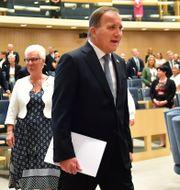 Statsministern på väg upp till talarstolen. Jonas Ekströmer/TT / TT NYHETSBYRÅN