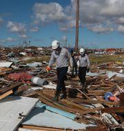 Räddningsarbetare letar efter kroppar på Bahamas. Fernando Llano / TT NYHETSBYRÅN