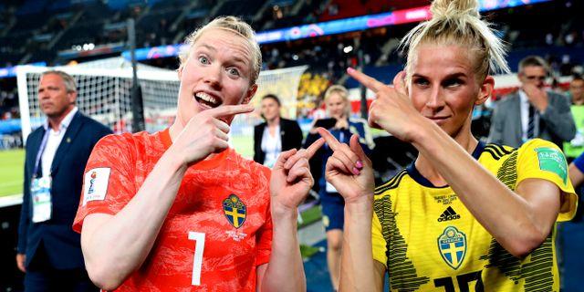 Hedvig Lindahl och Sofia Jakobsson jublar efter matchen. Francisco Seco / TT NYHETSBYRÅN