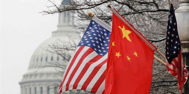 Illustrationsbild: Kinas och USA:s flaggor utanför Capitol Hill i Washington DC. Charles Dharapak / TT NYHETSBYRÅN/ NTB Scanpix